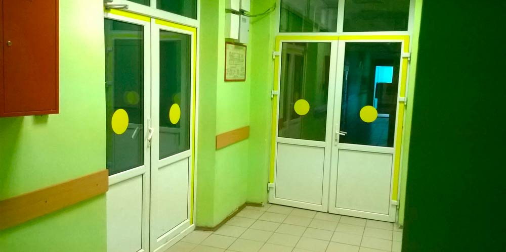 Маркировка прозрачных дверей для инвалидов